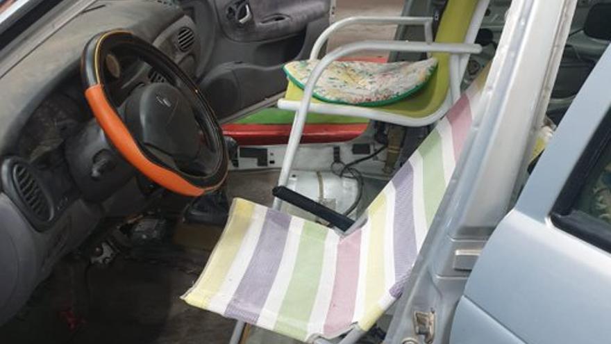 Inmovilizado un coche que llevaba sillas de playa y una hamaca como asientos