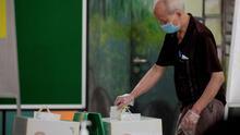 Colas, mascarillas, gel y papeletas: así han sido las elecciones en otros países en la era COVID-19