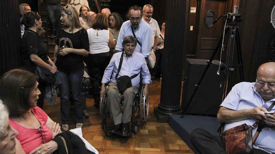 Carlos Slepoy llegando a una rueda de prensa por la querella del franquismo en Argentina / EFE