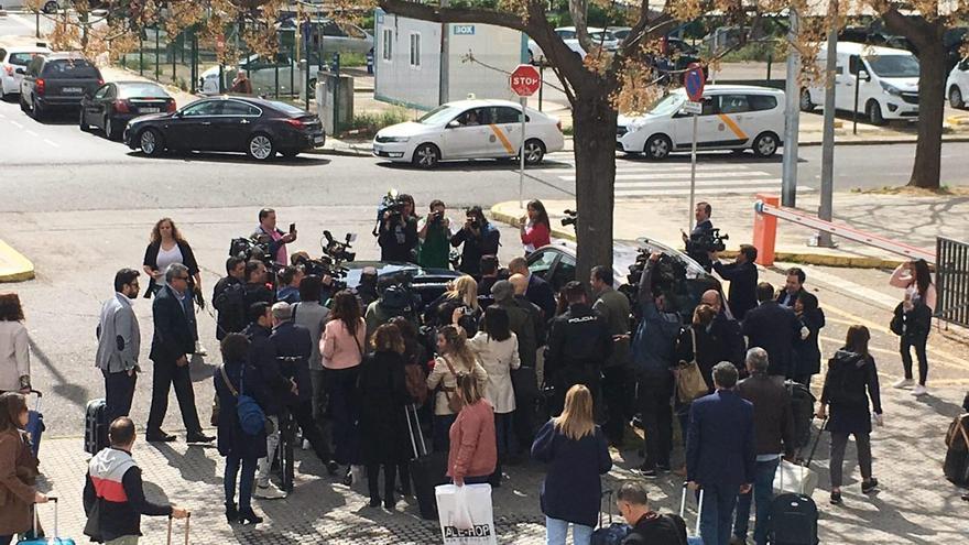 Cristina Cifuentes escoltada por la Policía Nacional en Sevilla