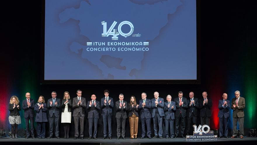 Los representantes institucionales vascos, en el acto del Teatro Arriaga