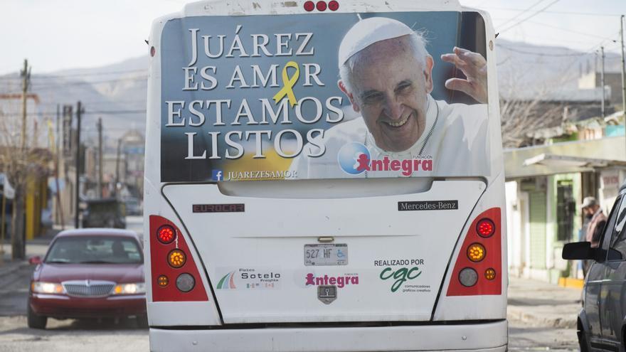Un cartel sobre la visita del Papa Francisco en un autobús de Ciudad Juárez.