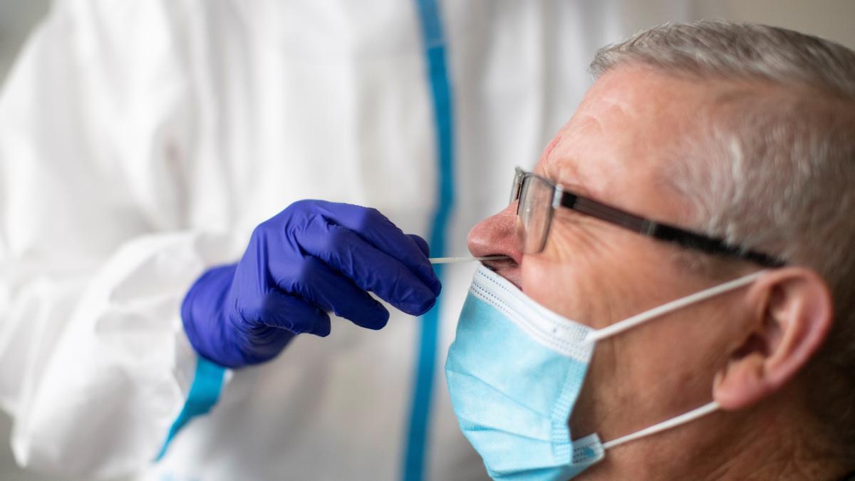 Personal sanitario realiza pruebas PCR. EFE/Marta Pérez/Archivo