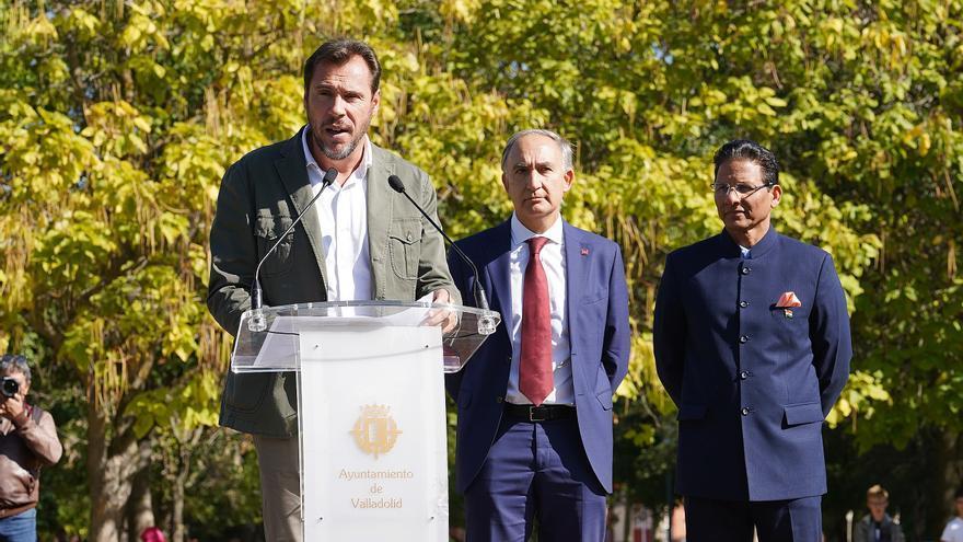 El alcalde de Valladolid, Óscar Puente, en un homenaje a Gandhi