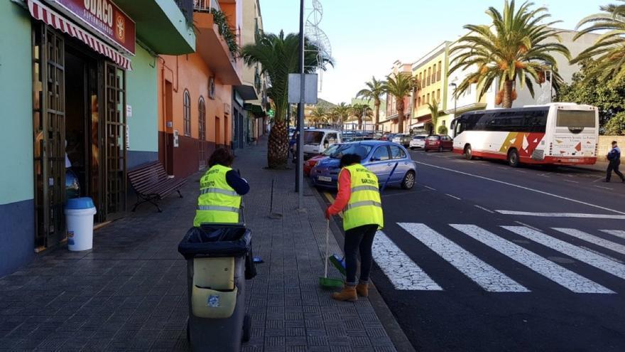 Dos trabajadoras del área de Limpieza del Ayuntamiento de Barlovento.  Foto: Ayuntamiento de Barlovento.