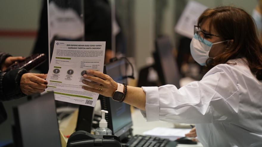 Archivo - Una profesional sanitaria, en un dispositivo de vacunación contra la COVID-19 para personas menores de 65 años en el Bilbao Exhibition Center (BEC),