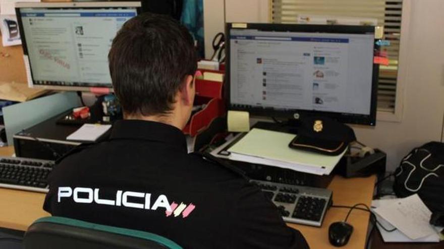 Un agente de la Unidad de Delitos Tecnológicos de la Policía Nacional