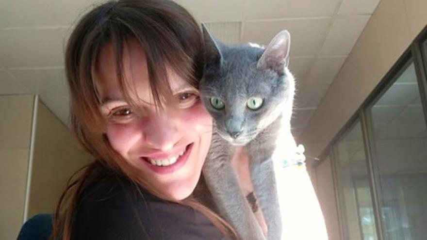 Tere con Pistón, un gato rescatado por ella recientemente