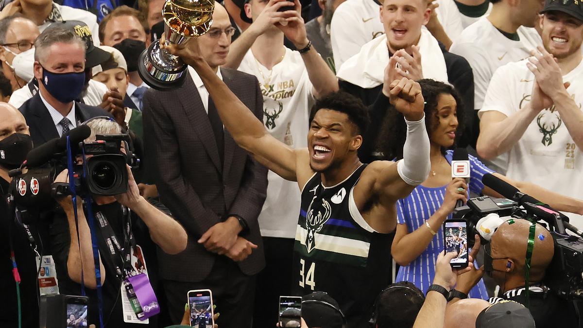 El jugador de los Milwaukee Bucks Giannis Antetokounmpo recibe el trofeo MVP de la NBA.