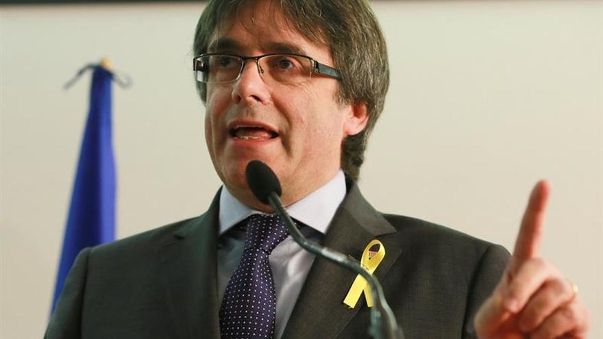 """Puigdemont dice que no volverá sin garantías y que asume """"las consecuencias"""""""