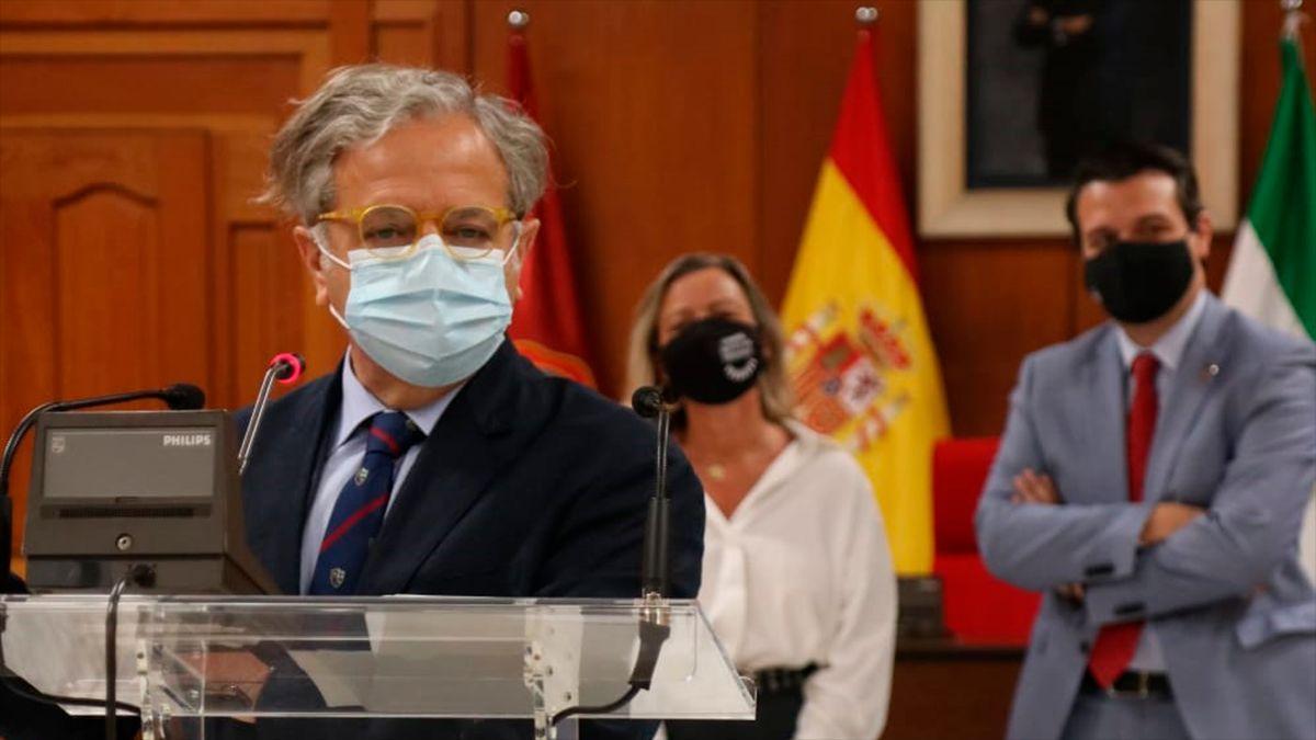 El teniente de alcalde de Hacienda, Salvador Fuentes, ante el alcalde y Albás.