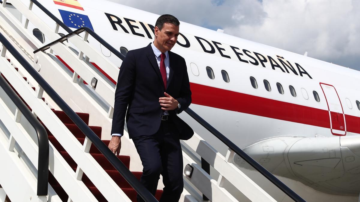 Pedro Sánchez baja del avión a su llegada Riga (Letonia).