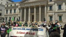 Trabajadoras del hogar entregan escobillas de baño a varios diputados para exigir su derecho al desempleo