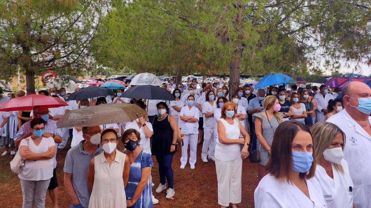 Concentración ante el Hospital de La Plana en apoyo a los profesionales y contra la autorización a administrar ozonoterapia a un paciente.