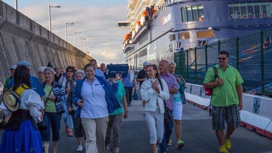 Un grupo de cruceristas del Mein Schiff 3 desembarca en San Sebastián