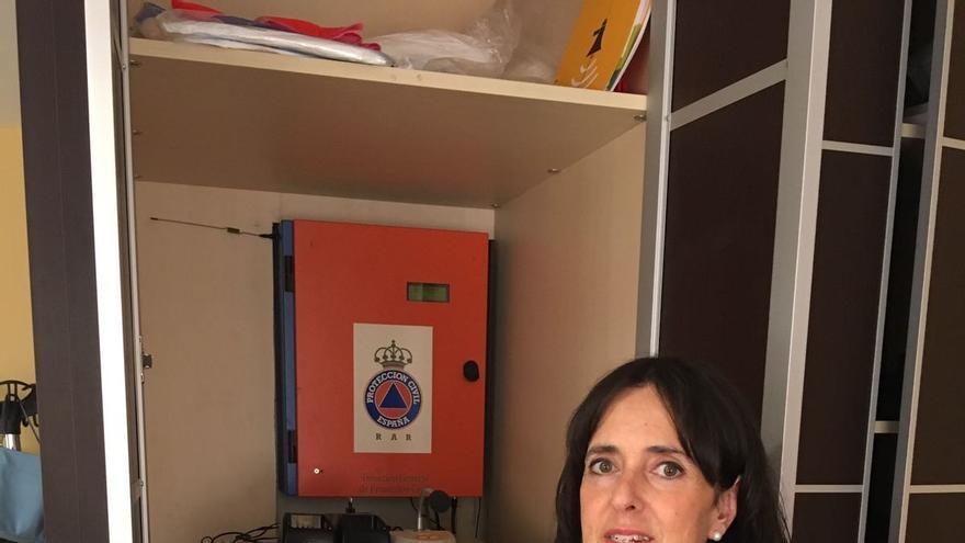 Raquel González, alcaldesa de Valle de Tobalina, posa junto al medidor de radiactividad presente en su despacho.