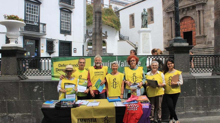 Los activistas de Amnistía Internacional este sábado.