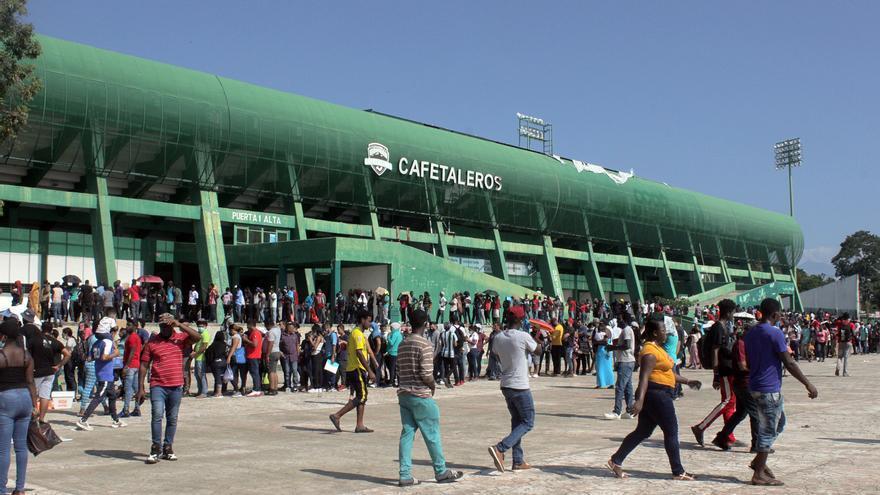 Miles de inmigrantes acuden a estadio del sur de México para pedir asilo
