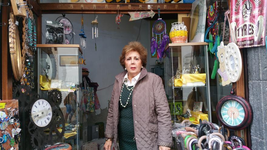 María Aurora Hernández en el comercio que regenta desde hace 49 años.