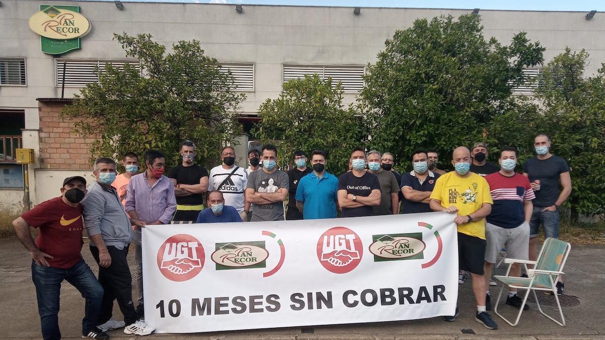 Los trabajadores de Pan Recor ante la empresa.