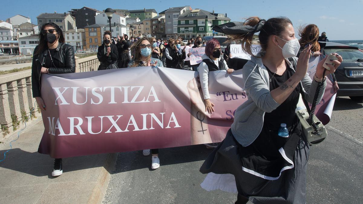 """Varias mujeres participan en una manifestación en apoyo a las 87 mujeres que en 2019 fueron grabadas """"sin autorización"""", a 4 de abriil de 2021, en San Cibrao, Lugo, Galicia (España)"""