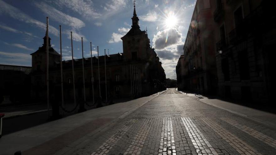 Vista de la Plaza de la Villa de Madrid, totalmente vacía este Sábado Santo.