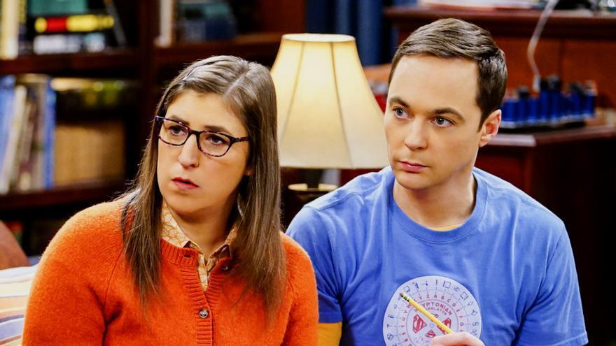 Mayim Bialik y Jim Parsons, en 'The Big Bang Theory'