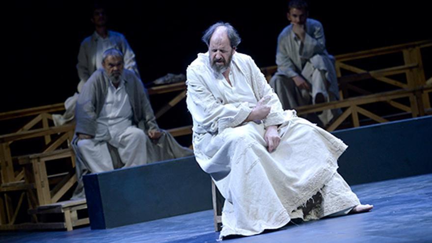 El actor Josep Maria Pou interpretando al filósofo Sócrates