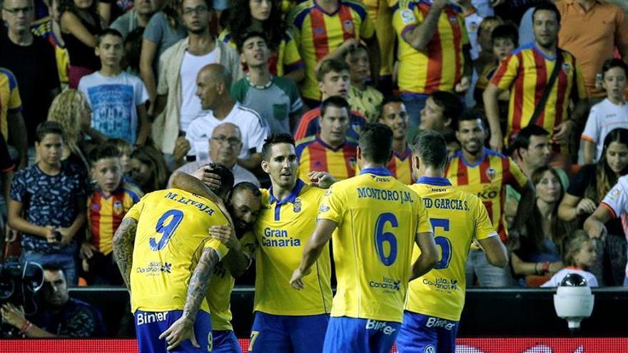 El delantero croata del UD Las Palmas, Marko Livaja (i), celebra su segundo gol, cuarto de su equipo frente al Valencia CF, durante el partido correpondiente a la primera jornada de Liga en Primera División en el estadio de Mestalla, en Valencia. EFE/Manuel Bruque.