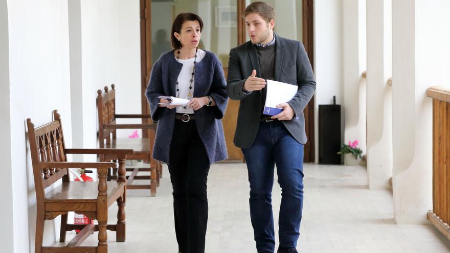 La consejera de Educación, Reyes Estévez, y el portavoz del Gobierno, Nacho Hernando / JCCM