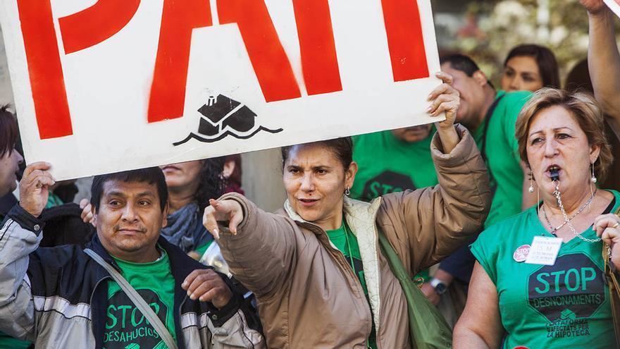 Protesta contra los desahucios ante la sede del PP en Barcelona. / Carmen Secanella)