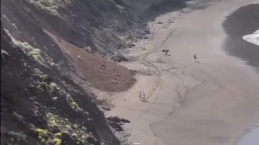 Playa de El Arenal (Tenerife) tras un derrumbe de un talud.