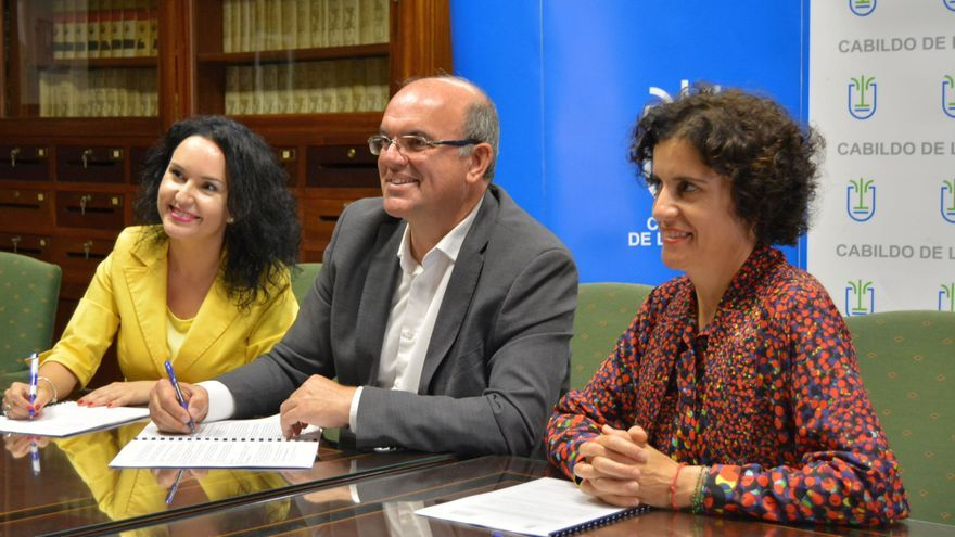 Firma del convenio en el Cabildo.