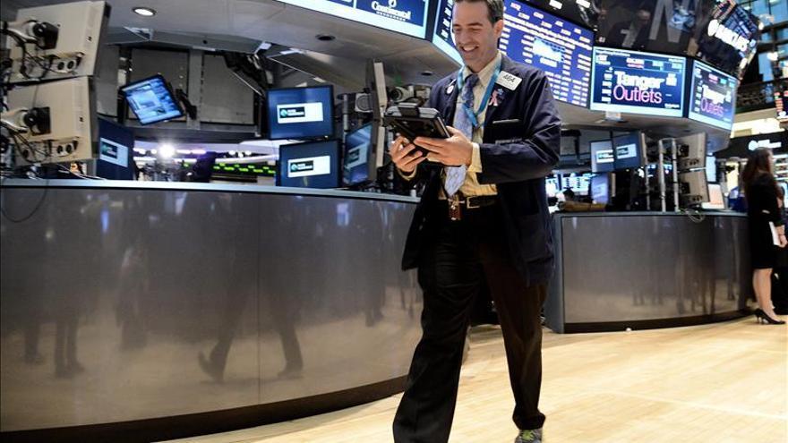 Wall Street se mantiene plano a media sesión