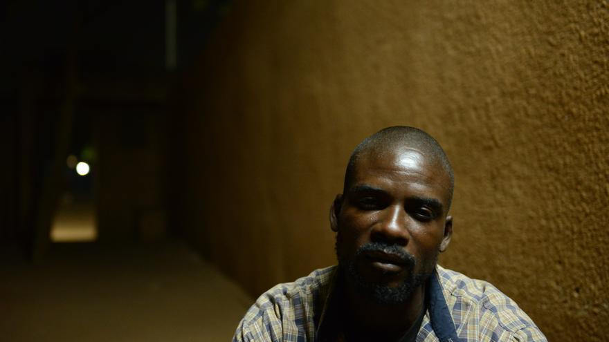 George, migrante gambiano bloqueado en Agadez que intenta regresar a su país de origen después de ser devuelto de Libia.