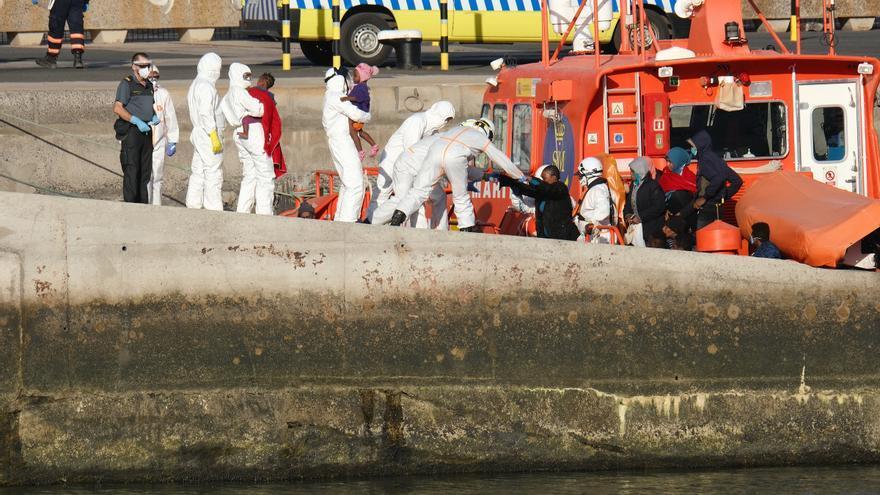 Rescatadas 59 personas, entre ellas dos bebés, de una embarcación neumática al sur Fuerteventura