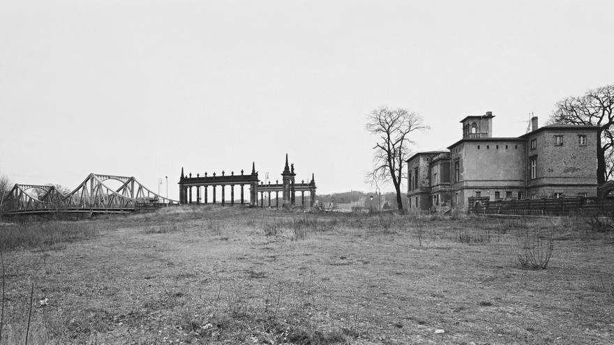 C:\fakepath\Berlinische-Galerie_André-Kirchner_West_-Potsdam_-Berliner-Vorstadt_-Glienicker-Brücke_-ehem.-Kontrollpunkt-_Brücke-der-Einheit__1993-94.jpeg