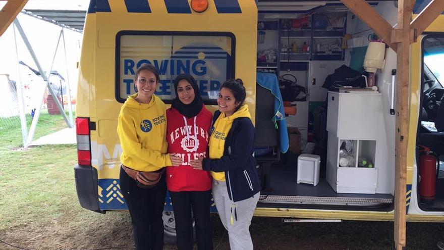 Dos de las voluntarias de la ONG Rowing Together con una de las refugiadas embargada