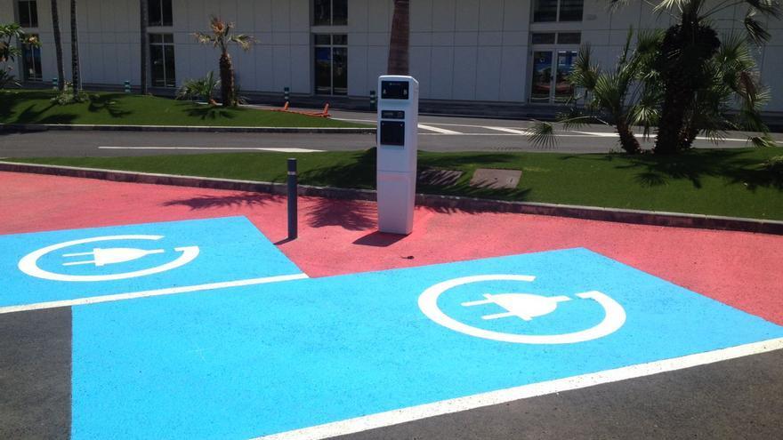 Imagen con un punto de recarga eléctrica para coches ecológicos