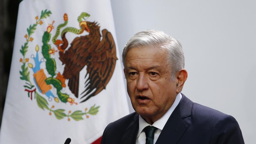 """López Obrador exhibe triunfal su """"fórmula única en el mundo"""" de gobernar"""