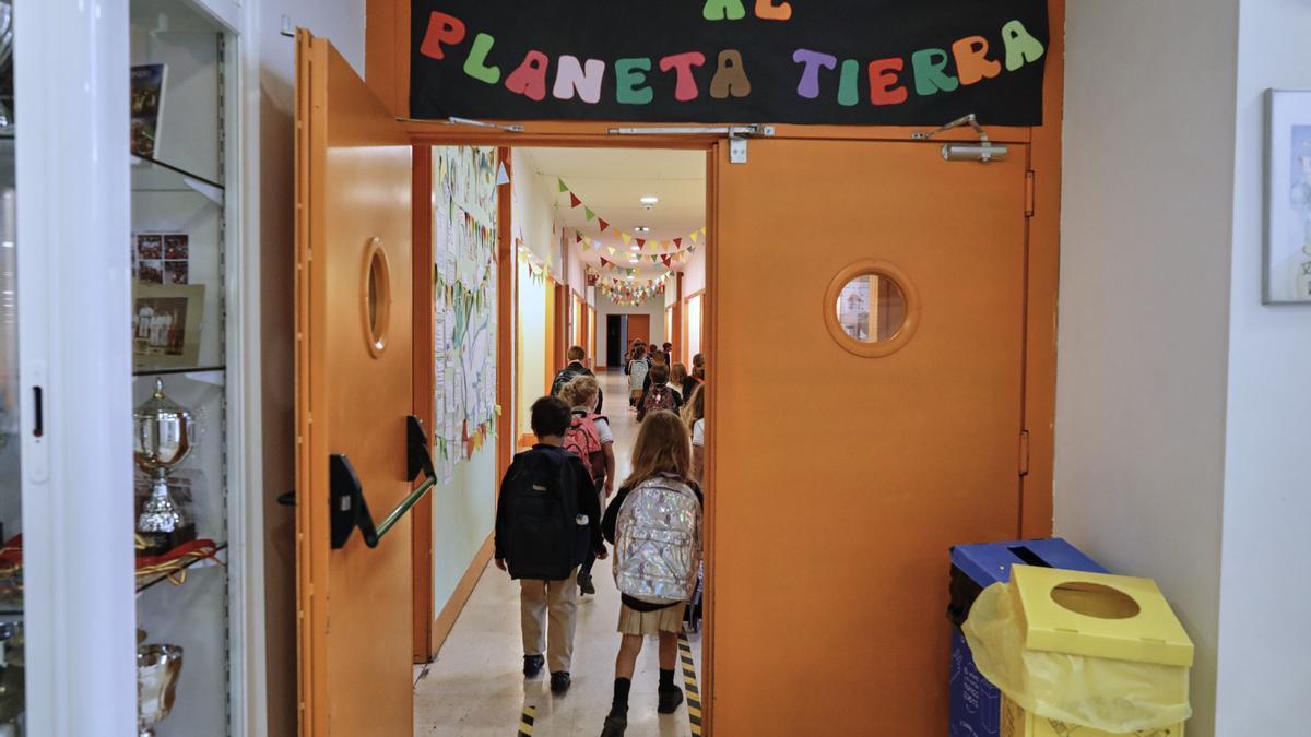Niños en el hall de un centro educativo en el primer día del curso escolar 2020-2021.