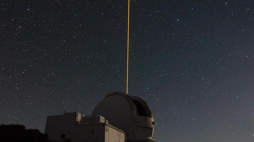 Imagen del láser de sodio propagándose en la atmósfera baja durante el experimento en el Telescopio William Herschel con el sistema de óptica adaptativa.