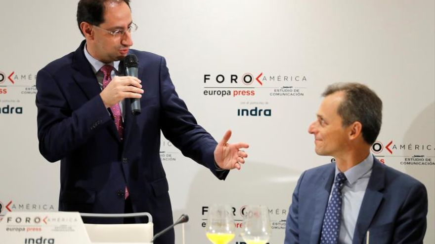 El ministro de Comercio, Industria y Turismo de la República de Colombia, José ManuelRestrepo, protagoniza este miércoles un foro informativo en el que ha sido presentado por el ministro de Ciencia, Innovación y Universidades, Pedro Duque (d).