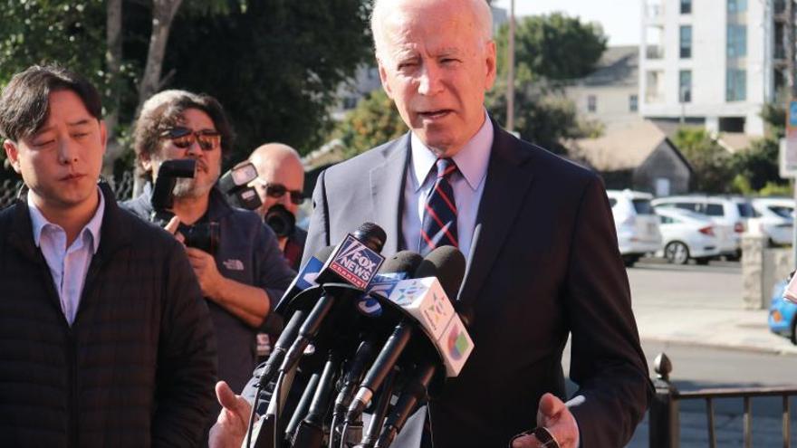 El aspirante a la candidatura demócrata para las elecciones presidenciales JoeBiden, Joe Biden (d), habla durante una rueda de prensa este viernes en Los Ángeles, California (EEUU).