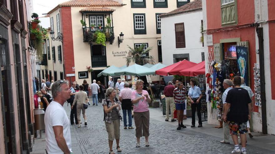 Un grupo de turistas en la Calle Pérez de Brito de Santa Cruz de La Palma.