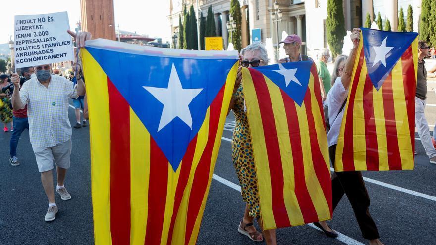 Unas cien personas protestan en Barcelona contra la visita del rey por el MWC