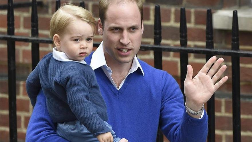 El príncipe Guillermo lleva al príncipe Jorge al hospital a ver a su hermana