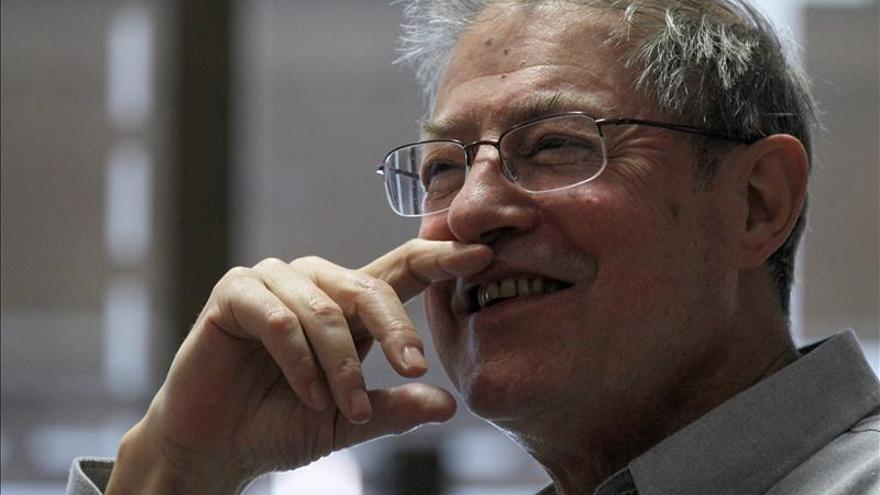 """Azúa cree que """"la democracia total ha acabado con la poesía y la novela literaria"""""""