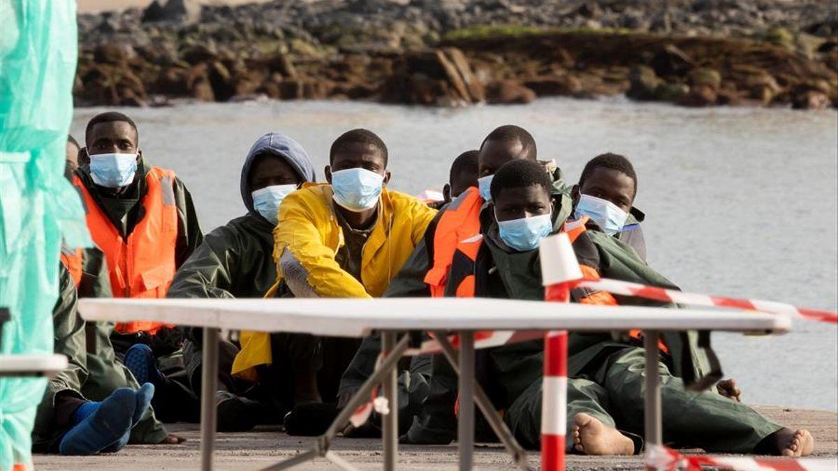 Imagen de archivo de un grupo de personas llegadas en un cayuco a Tenerife el 1 de enero