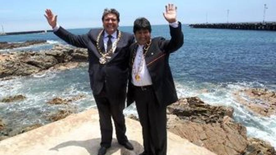 El presidente de Perú, Alan García, y el de Bolivia, Evo Morales, en las costas